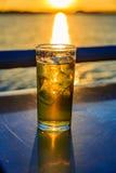 Стекло пива с льдом на береге реки Стоковая Фотография RF
