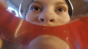 Стекло питья маленькой девочки воды Камера в стекле POV сток-видео