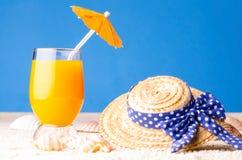 Стекло питья на пляже Стоковая Фотография