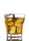 Стекло питья энергии с пузырями и кубами льда Стоковое Изображение RF