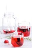 Стекло питья ягоды с свежими фруктами на мраморной таблице Стоковые Фото