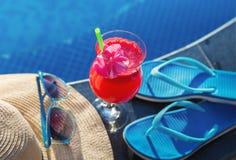 Стекло питья smoothie сока арбуза свежее с цветком Стоковые Изображения RF