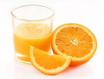 Стекло плодоовощ апельсинового сока, половины и куска оранжевого Стоковое Фото
