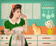 Стекло ретро женщины выпивая молока в ее комнате кухни Стоковое Изображение RF