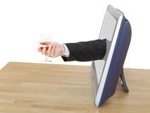 Стекло рябиновки в руке бизнесмена полагается вне ТВ Стоковая Фотография