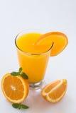 Стекло свежего апельсинового сока изолированного на белизне Стоковые Изображения RF