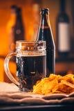 Стекло свежего пива, пива бутылки и обломоков на увольнении Стоковое Изображение RF