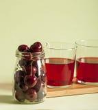 Стекло свежего сока вишни и свежих вишен Стоковое Фото