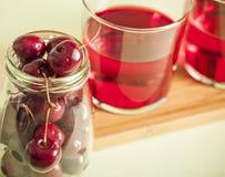 Стекло свежего сока вишни и свежих вишен Стоковое Изображение RF