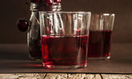 Стекло свежего сока вишни и свежих вишен Стоковые Фото