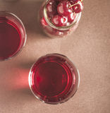 Стекло свежего сока вишни и свежих вишен Стоковая Фотография