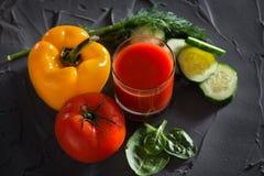 Стекло свежего vegetable сока и овощей - желтого перца, красного томата, огурца и зеленых цветов над взглядом Стоковые Фото