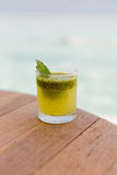 Стекло свежих сока или коктеиля на таблице на пляже Стоковое фото RF