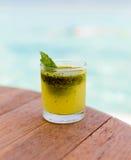 Стекло свежих сока или коктеиля на таблице на пляже Стоковая Фотография