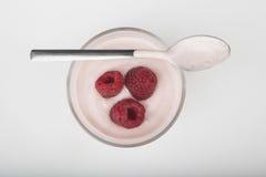 Стекло свежих ягод и югурта изолированных на белой предпосылке Стоковые Изображения