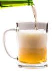 Стекло светлого пива лить от бутылки на белой предпосылке Стоковое Изображение RF