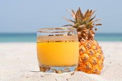 Стекло сока ананаса на пляже Стоковое фото RF