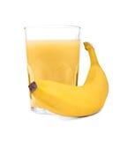 Стекло сока банана, изолированное на белой предпосылке Банан и стекло фруктового сока Вкусный smoothie и желтый банан Стоковое Изображение RF