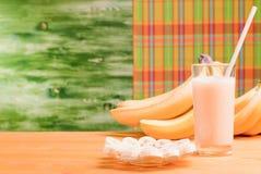 Стекло сока банана на бананах желтой таблицы следующих зрелых и pl Стоковое Изображение