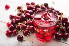 Стекло сока вишни с льдом Стоковая Фотография RF