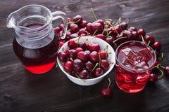 Стекло сока вишни с льдом Стоковые Изображения RF