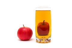 Стекло сока и зрелого красного яблока изолированных на белой предпосылке Стоковое Изображение RF