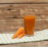Стекло сока моркови и зрелых морковей Стоковые Изображения RF