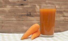 Стекло сока моркови и зрелых морковей Стоковые Фотографии RF