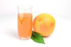 Стекло сока розового грейпфрута изолированного на белизне Стоковые Фотографии RF