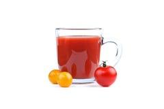 Стекло сока томата и красных и желтых томатов на белой предпосылке Стоковое фото RF