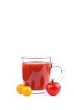 Стекло сока томата и красных и желтых томатов на белой предпосылке Стоковая Фотография RF