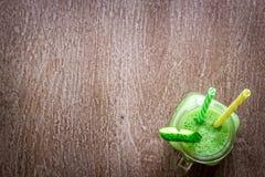 Стекло сока шпината на деревянной предпосылке Стоковое Изображение