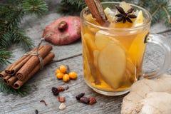 стекло состава рождества bauble голубое Елевые ветви, тросточка конфеты, грея чай с имбирем и лимон Стоковое Фото