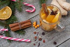 стекло состава рождества bauble голубое Елевые ветви, тросточка конфеты, грея чай с имбирем и лимон Стоковые Фотографии RF