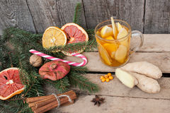 стекло состава рождества bauble голубое Елевые ветви, тросточка конфеты, грея чай с имбирем и лимон Стоковое фото RF