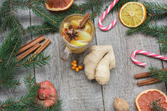 стекло состава рождества bauble голубое Елевые ветви, тросточка конфеты, грея чай с имбирем и лимон Стоковые Изображения