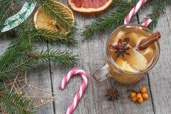 стекло состава рождества bauble голубое Елевые ветви, тросточка конфеты, грея чай с имбирем и лимон Стоковое Изображение
