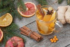 стекло состава рождества bauble голубое Елевые ветви, тросточка конфеты, грея чай с имбирем и лимон Стоковое Изображение RF