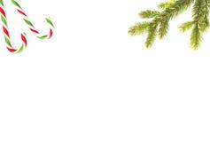 стекло состава рождества bauble голубое Зеленые twings ели и тросточки конфеты на белой предпосылке Взгляд сверху, плоское положе Стоковая Фотография RF