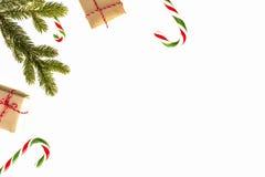 стекло состава рождества bauble голубое Зеленые twings ели, подарки Xmas и тросточки конфеты на белой предпосылке Взгляд сверху,  Стоковые Фотографии RF