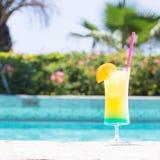 Стекло счастливого коктеиля дней около бассейна Стоковое Изображение