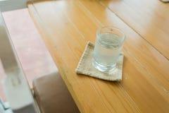 Стекло с водой на деревянной таблице Стоковые Фотографии RF