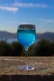 Стекло с голубым питьем с падениями воды стоковое изображение rf