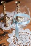 Стекло с голубым украшением Стоковая Фотография