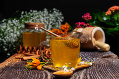 Стекло с медом на деревянной предпосылке Стоковая Фотография RF