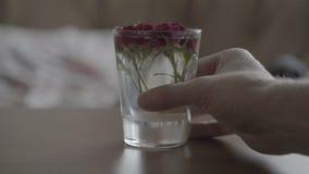 Стекло с розами на таблице сток-видео
