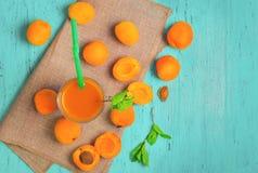 Стекло с свежим соком абрикоса Стоковое Фото