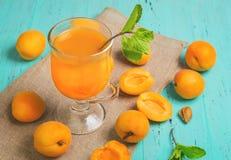 Стекло с свежим соком абрикоса Стоковое Изображение