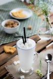 Стекло с milkshake и печеньем Стоковое Изображение