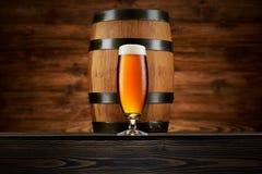 Стекло холодного пива и старого бочонка Стоковая Фотография